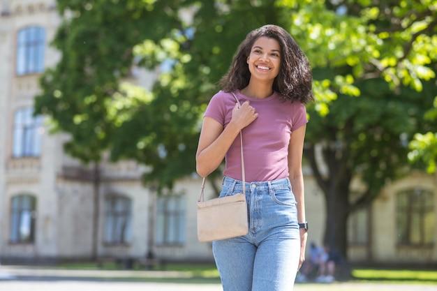 Милашка. молодая темнокожая милая девушка в парке