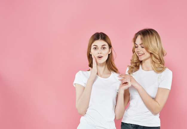 かわいいガールフレンドのtシャツ夏のスタイルの抱擁友情ピンクの背景