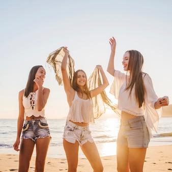 Симпатичные девушки, танцующие на пляже