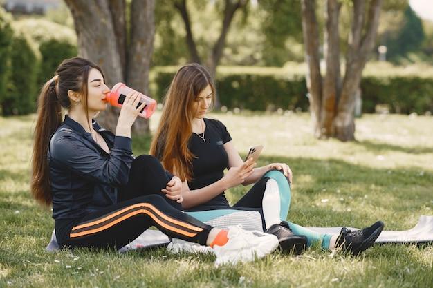 夏の公園でヨガをしているかわいい女の子