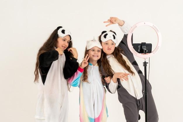 Симпатичные девушки в комбинезонах и масках для сна