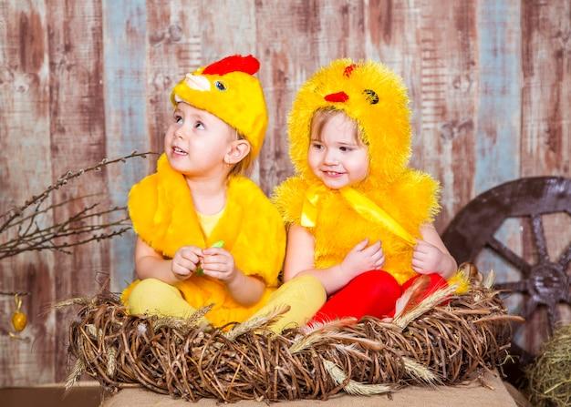 かわいい女の子は本物のウサギとアヒルの子で遊ぶ