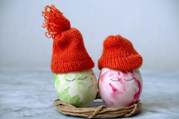 オレンジのニット帽子でかわいいグリーンとピンクのイースター