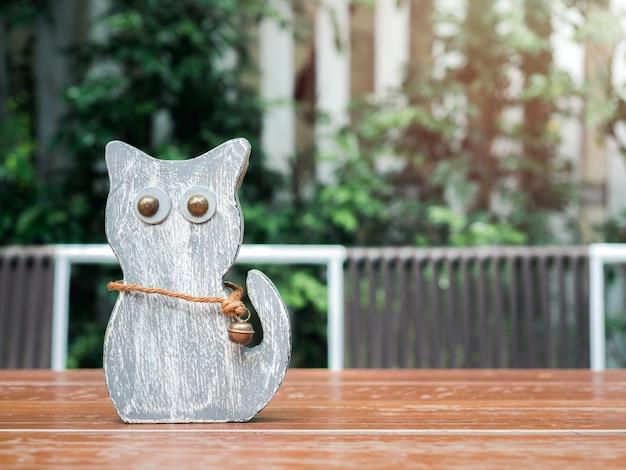 Симпатичная серая кошка деревянная кукла.
