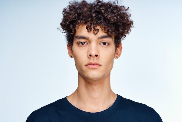 귀여운 남자 곱슬 머리 얼굴 가까이 피부 관리 스튜디오