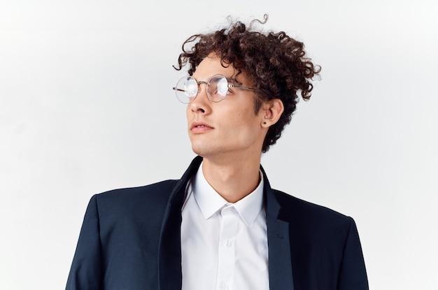 スーツの巻き毛のメガネファッションのかわいい男