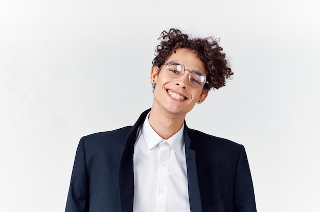 Симпатичный парень в костюме вьющиеся волосы очки мода