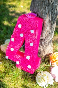 공원에 꽃이 있는 생일 파티 큰 종이 4번을 위한 귀여운 수제 장식