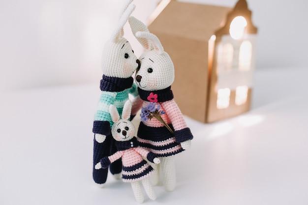 Милые вязаные кролики ручной работы