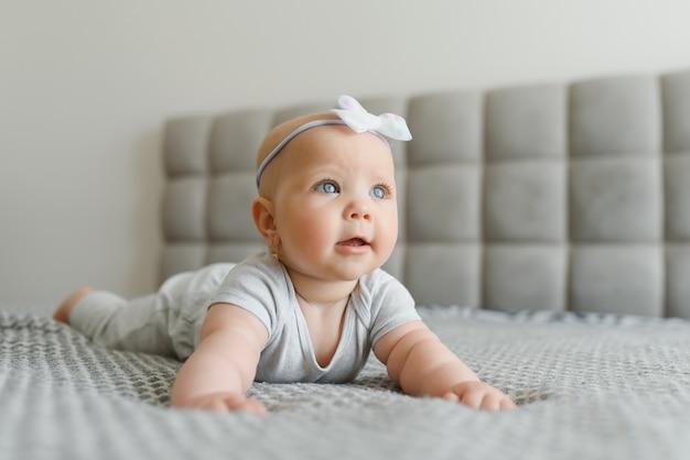 기저귀 거짓말과 재생에 귀여운 행복 7 개월 아기 소녀