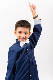笑顔と指を上向きかわいい幸せな少年