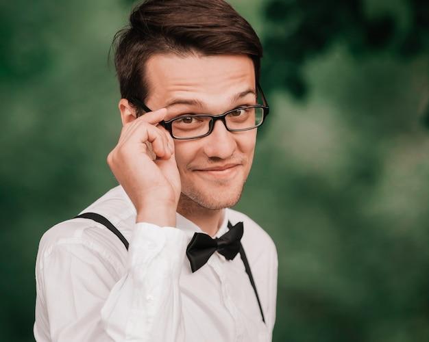 안경을 통해 찾고 귀여운 행복 한 신부입니다. 복사 공간 사진