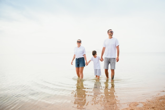 Милая счастливая семья весело на роскошном тропическом курорте, мать с ребенком, летние каникулы.