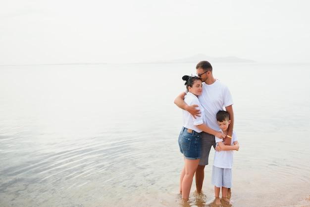 Милая счастливая семья весело на роскошном тропическом курорте, мать с ребенком, летние каникулы. Premium Фотографии