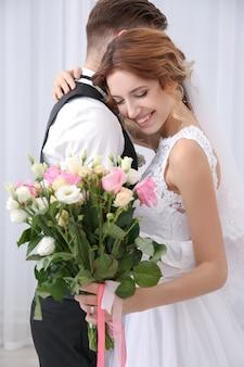 自宅でかわいい幸せな結婚式のカップル