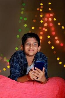 스마트 폰을 사용하는 귀여운 인도 아이