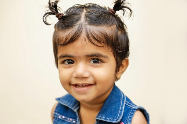 かわいい表情を示すかわいいインドの女の子の子供