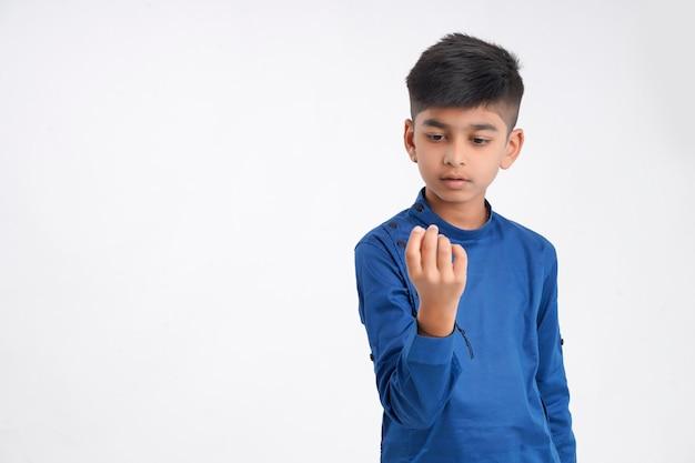 Милый индийский маленький мальчик, считая на пальце