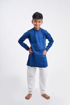 エスニックウェアと白で表現を示すかわいいインドの小さな男の子