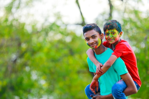 Симпатичные индийские маленькие дети, играющие на холи. холи - фестиваль красок в индии