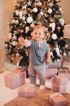 크리스마스 선물과 함께 귀여운 순진한 아기입니다. 크리스마스 선물