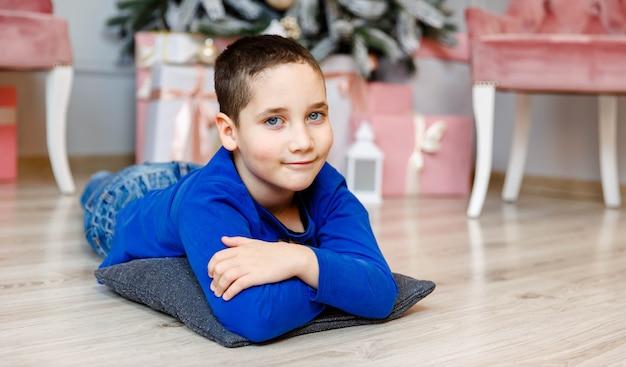 Милый ребенок отмечает зимние праздники. рождество - пора подарков.