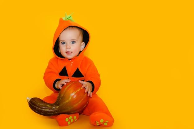 Милый ребенок в костюме тыквы на хэллоуин