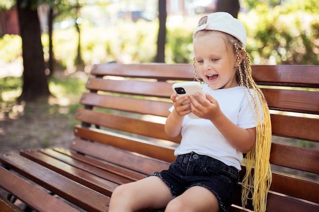 スマートフォンでゲームをしているかわいい子供