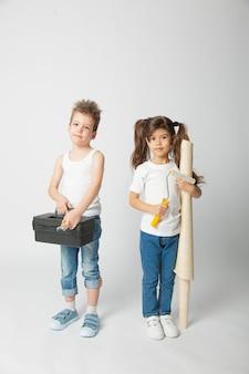 귀여운 아이들과 건축 도구