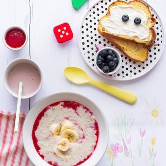 Simpatica colazione per bambini, toast al formaggio cremoso e mirtilli