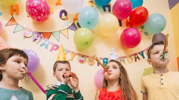 Bambini carini che festeggiano il compleanno