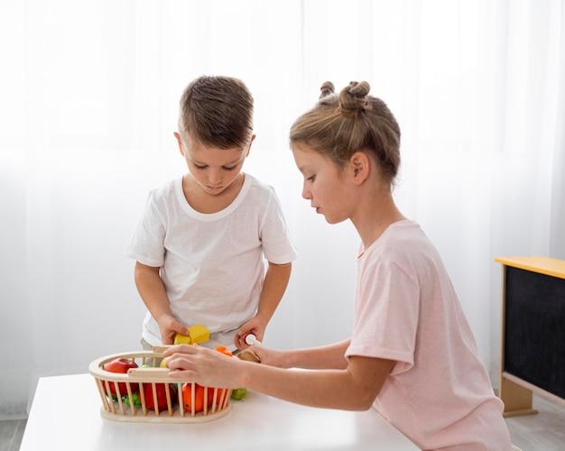 野菜を切るかわいい子供たち