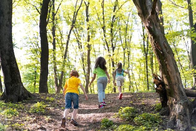 자연을 탐험하는 귀여운 아이