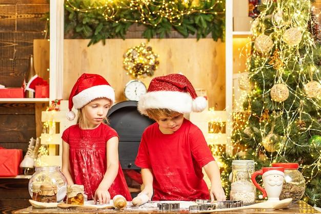 クリスマスグッズを準備するサンタの帽子のかわいい子供たち