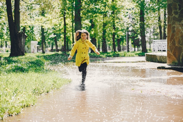 Милые дети играют в дождливый день