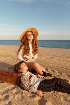 해변에 가방과 함께 귀여운 아이