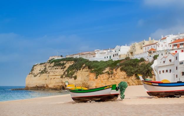 Милый пейзаж морского городка карвоейру. португалия.
