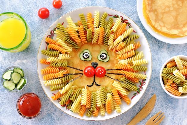 パンケーキ、パスタ、野菜のかわいいライオン