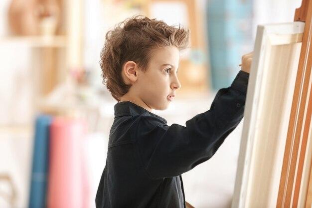 스튜디오에서 귀여운 작은 예술가 그림 그림