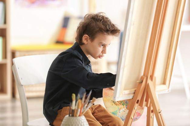 スタジオで絵を描くかわいいアーティスト