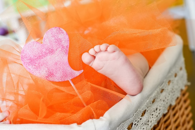 바구니 밖으로 향하고 귀여운 작은 아기 발
