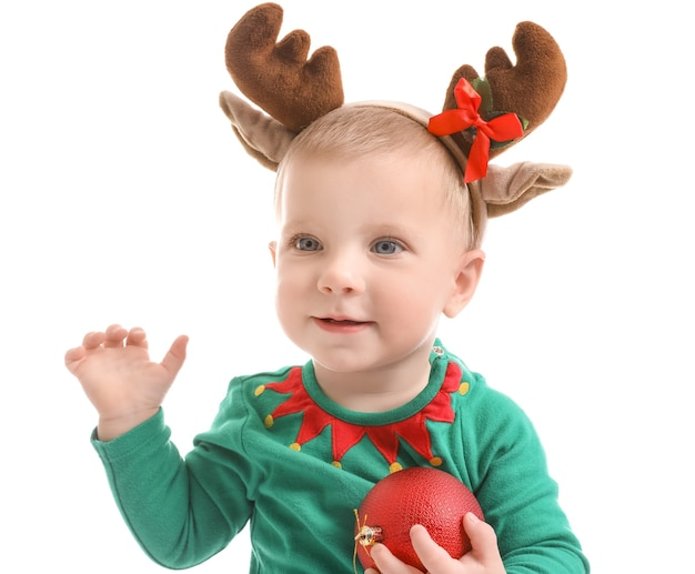 白い表面にクリスマス衣装を着たかわいい赤ちゃん