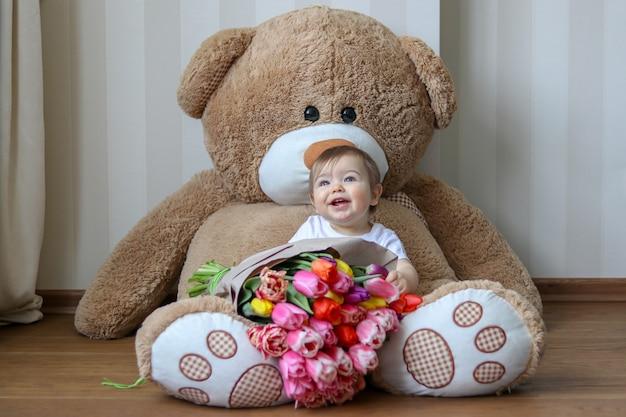 Милый маленький ребенок улыбается своими первыми зубами