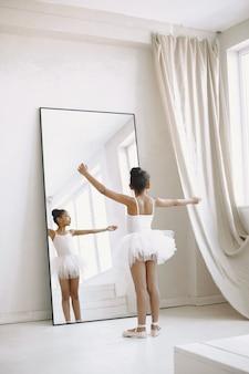 Милая маленькая балерина. ребенок танцует в комнате. малыш в танцевальном классе.