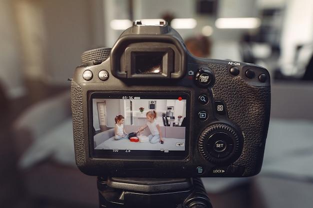 自宅で化粧品のビデオを記録するかわいい小さなブロガー