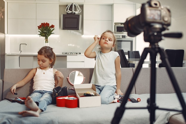 Милый маленький блоггер с косметикой записывает видео у себя дома