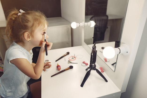 집에서 화장품 녹화 비디오와 귀여운 작은 블로거