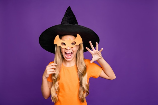 Милая маленькая блондинка в шляпе ведьмы