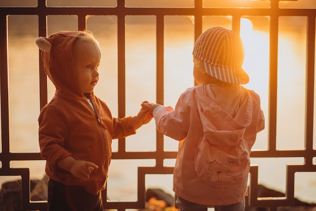 秋の公園で一緒にかわいい男の子と女の子