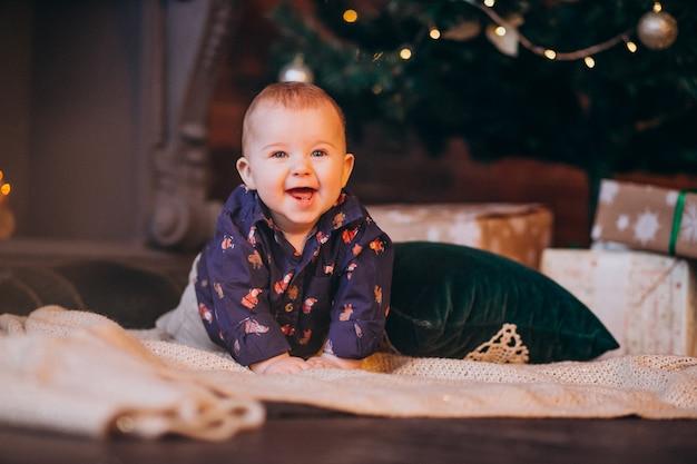 クリスマスツリーでかわいい男の子